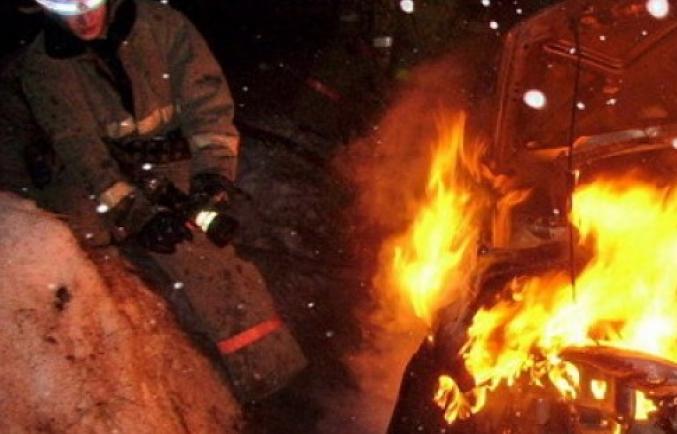 4 иномарки сгорели рядом сэлитными домами вцентре Волгограда